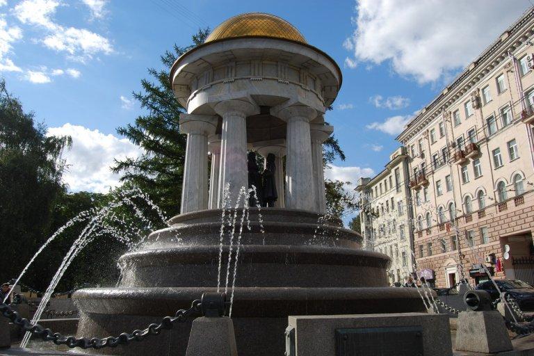 """Фонтан """"Александр и Натали"""" на площади Никитских ворот"""